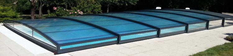 El diseño a medida de la cubierta baja de piscina Smart Low hace que sea una de las más elegantes y prácticas ya que se adapta sin problemas a cualquier tipo de jardín