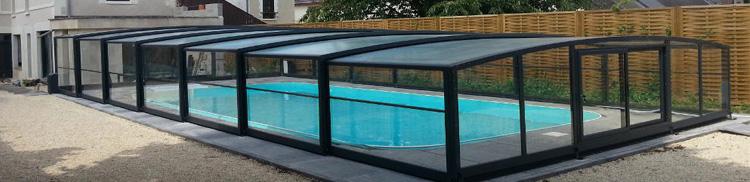 El diseño de la cubierta alta deja un amplio espacio que permite instalar mobiliario como mesas o sillas dentro del recinto de la piscina