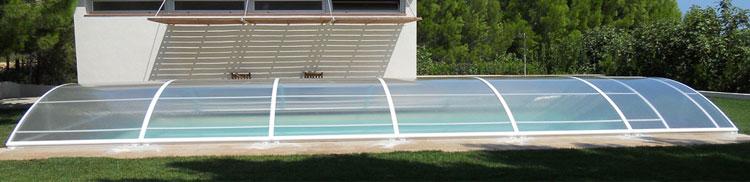 La cubierta baja Praktica dispone de un diseño ergonómico que hace que cubrir y descubrir la piscina sea cómodo, rápido y práctico