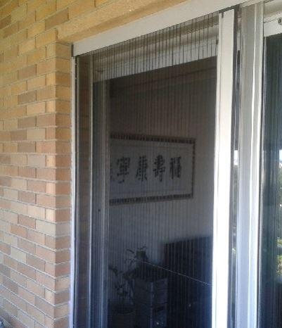 Las mosquiteras plisadas son óptimas para su instalación en accesos a balcones, terrazas, patios o ventanas de altura considerable.