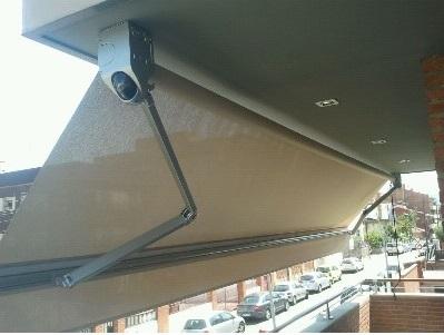 Instalar toldos de brazo extensible en balcones, ventanas y terrazas protege la vivienda y permite adaptarse a las estaciones del año, a la intensidad del sol o al exceso de claridad.