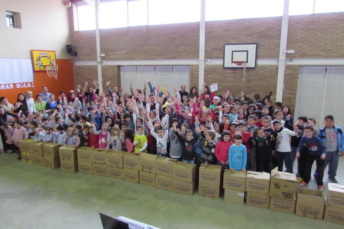 Els nens i nenes de l'Escola Enric Farreny de Lleida van gaudir del dia de la Pau reunint uns 400 kg de productes per al Banc dels Aliments de Lleida