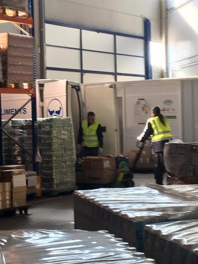 Voluntaris treballant al magatzem
