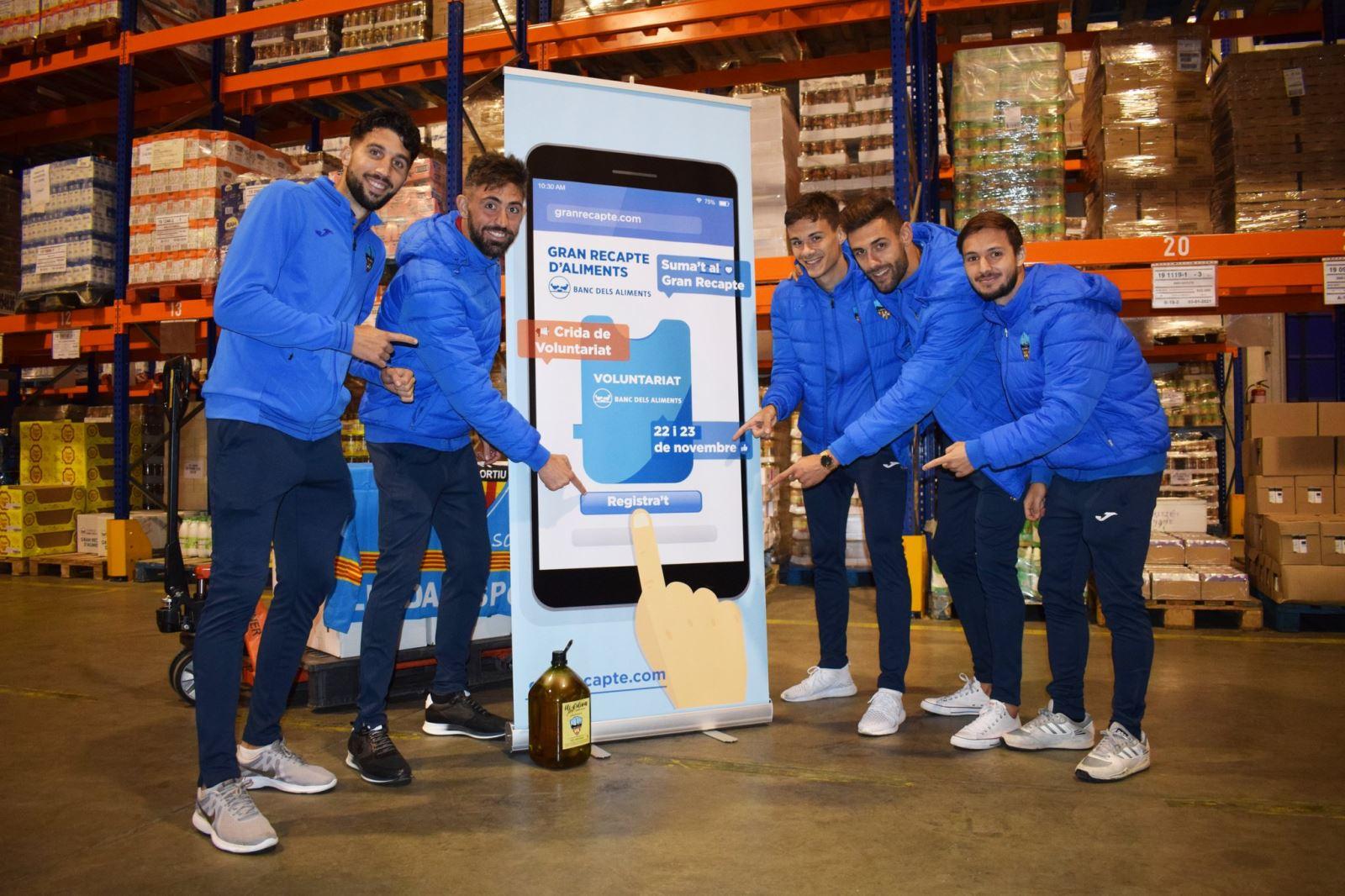 El Lleida Esportiu dón 250 litres d'oli al Banc dels Aliments de Lleida