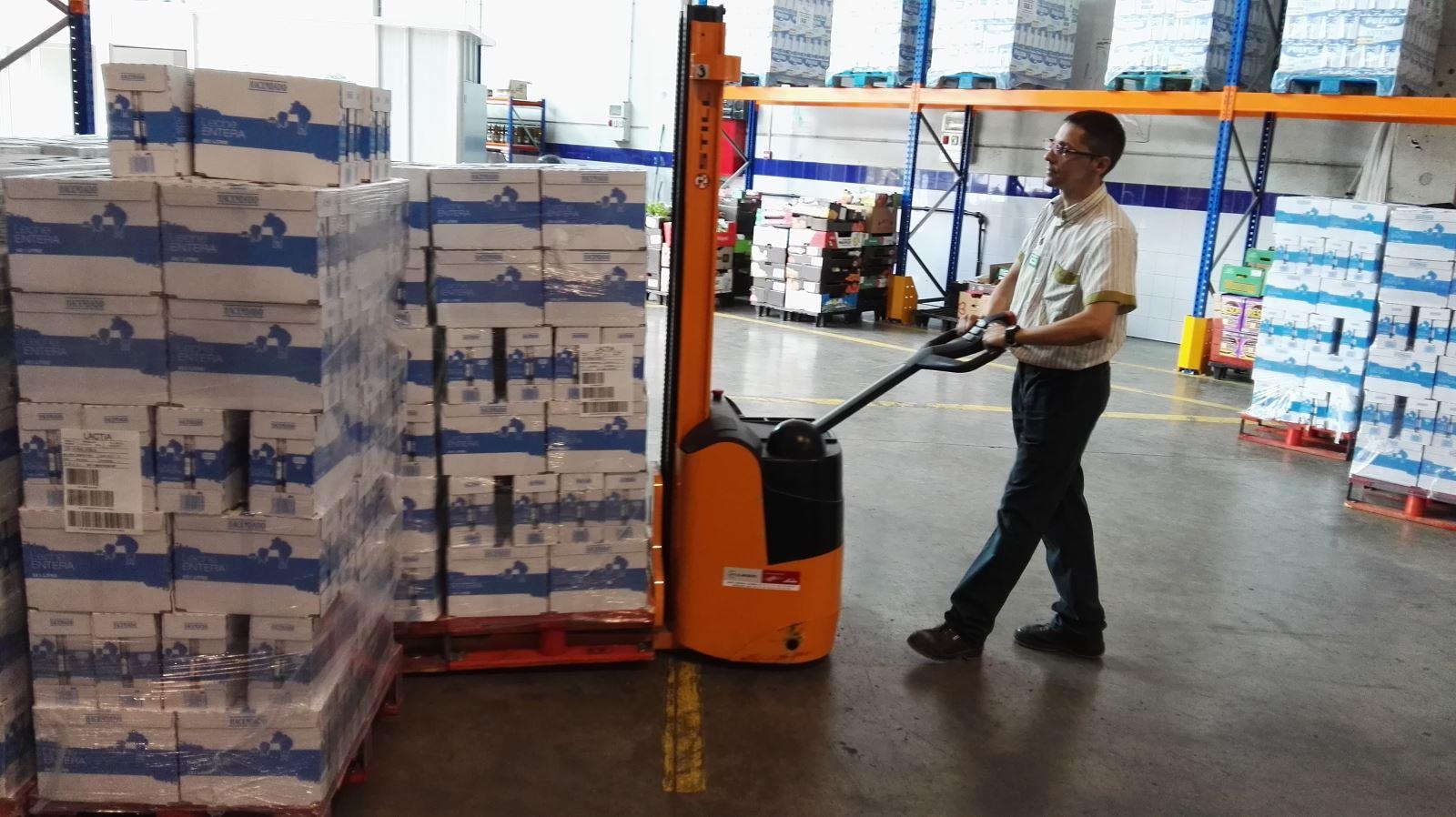 Tasques d'emmagatzematge de la llet donada per Mercadona