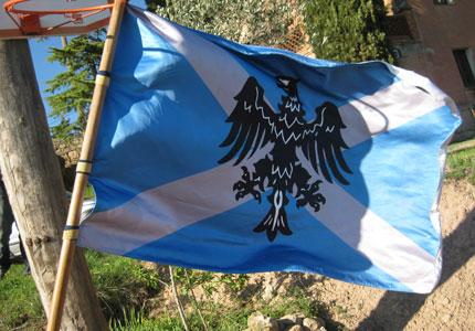 Bandera amb l'escut del municipi.
