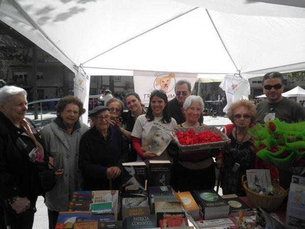 Activa y exitosa contribución de los residentes de El Recer a la Fundación Trifolium en la Diada de Sant Jordi