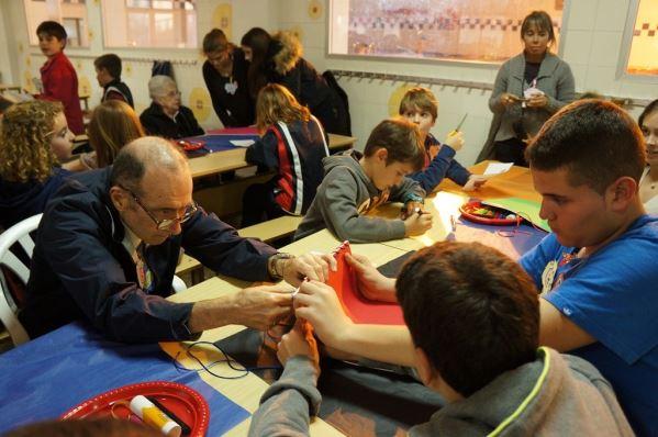 Desarrollo del taller de manualidades entre alumnos del colegio Bon Soleil y residentes del geriátrico El Recer