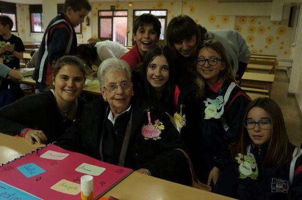 Alumnos y alumnas del colegio Bon Soleil con los residentes del geriátrico El Recer