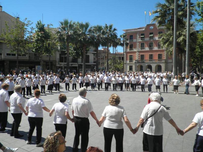 Multitudinaria sardana en la Plaza de la Iglesia de Castelldefels