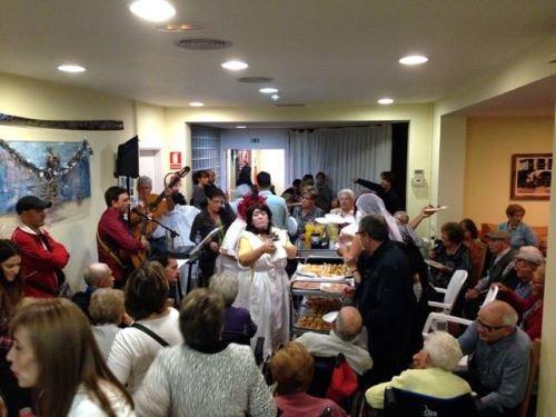 Residentes, familiares y personal de la residencia El Recer en pleno baile de la fiesta de Otoño