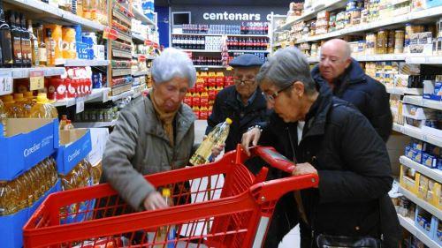Residentes del centro El Recer de Castelldefels reuniendo los alimentos del Gran Recapte 2014