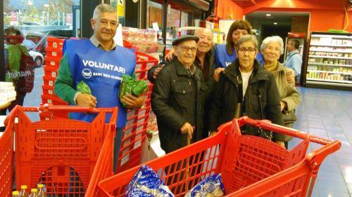 Residentes del centro El Recer de Castelldefels al lado de uno de los entregados voluntarios del Gran Recapte 2014