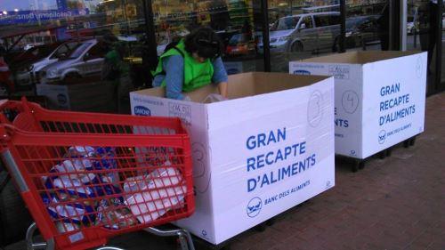 Las grandes bañeras del Gran Recapte 2014 donde los residentes del centro El Recer de Castelldefels depositaron los alimentos reunidos