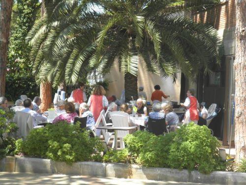 Disfrutando de la gran sardinada en los amplios jardines de la residencia El Recer