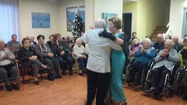 Un número de Los Principiantes con improvisado baile incluido en la residencia geriátrica El Recer