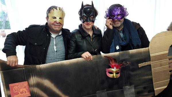 Otros allegados de residentes que se preparan para celebrar el Carnaval 2017 en la residencia geriátrica El Recer de Castelldefels
