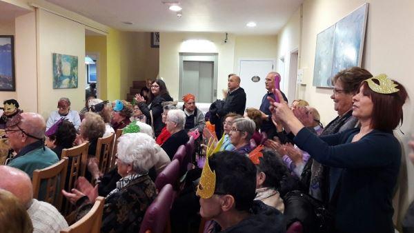 Una buena vista de parte del público que asistió a la fiesta de Carnaval 2017 en la residencia geriátrica El Recer de Castelldefels