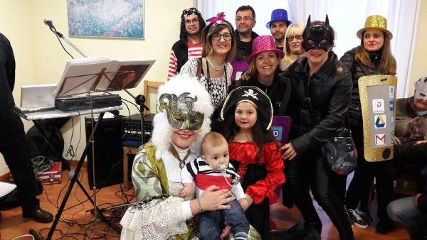 Espectaculares disfraces en la residencia geriátrica El Recer de Castelldefels durante la celebración del Carnaval 2017