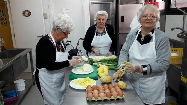 Las señoras Benita García, Carmen Salvador y Rosario Cortés preparando los ingredientes de una de las tortillas que presentó la residencia El Recer de Castelldefels en el I Concurso de Tortillas