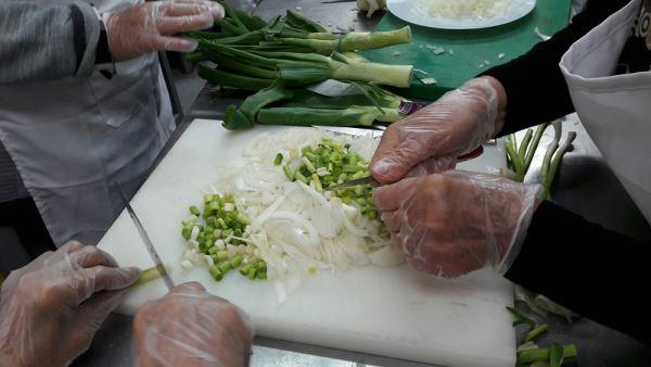 Detalle de la esmerada labor culinaria de las señoras Benita García, Carmen Salvador y Rosario Cortés para la preparación de una de las piezas presentadas por la residencia El Recer de Castelldefels en el I Concurso de Tortillas