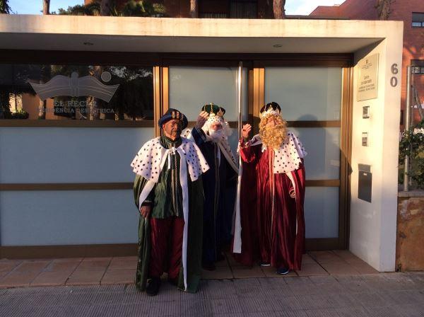 Los Reyes Magos de Oriente se presentaron en el centro geriátrico El Recer de Castelldefels para pasar la tarde con nuestros residentes