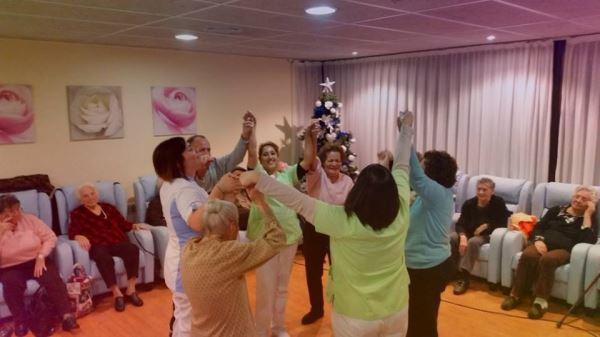 Fiesta previa al Año Nuevo en la residencia geriátrica El Recer de Castelldefels
