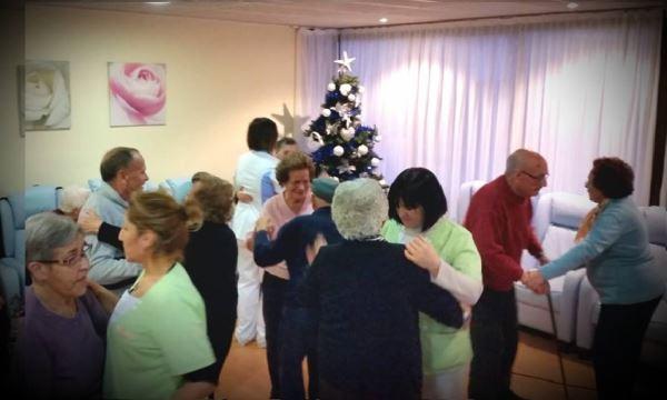 Baile, música y diversión en la fiesta previa al Año Nuevo en la residencia geriátrica El Recer de Castelldefels
