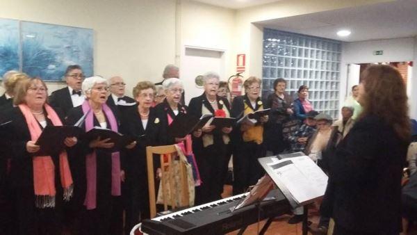 La Coral Brugués de la Gent Gran de Gav� , dirigida por Manoli Pujante, también hizo vibrar a los residentes del centro geriátrico El Recer de Castelldefels con canciones tradicionales