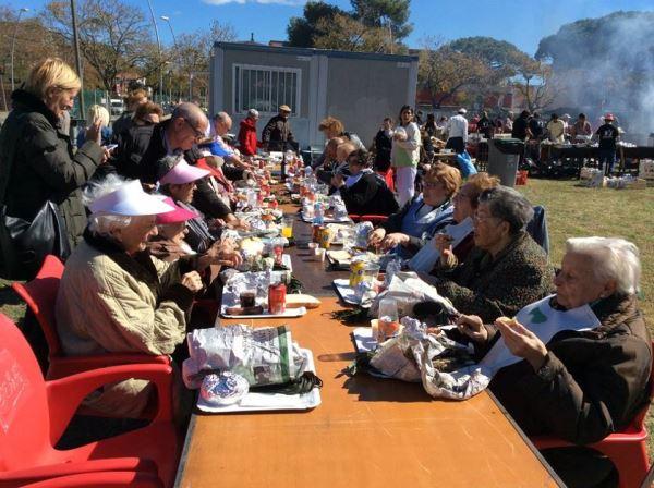 Como cada año los residentes del centro geriátrico El Recer acudieron encantados y agradecidos a la invitación de la calçotada organizada por la asociación de vecinos del barrio de Les Lluminetes de Castelldefels