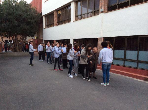 Los mayores de la residencia geriátrica El Recer de Castelldefels son acogidos como siempre con cariño por los alumnos del Bon Soleil