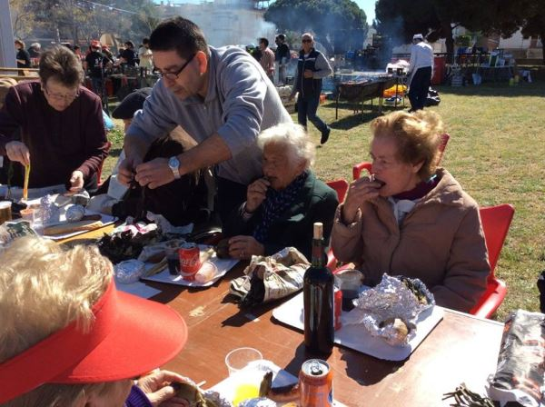 Familiares de los residentes del centro geriátrico El Recer prestaron su ayuda a los mayores durante la calçotada organizada por la asociación de vecinos del barrio de Les Lluminetes de Castelldefels