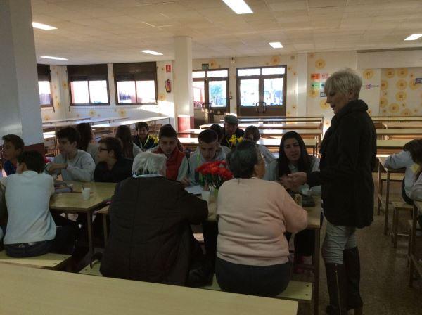 Residentes del centro geriátrico El Recer de Castelldefels disfrutando de la merienda con los jóvenes alumnos del colegio Bon Soleil