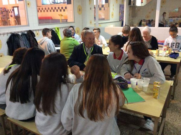Sesiones de trabajo sobre historia de vida de los alumnos del colegio Bon Soleil y residentes del centro geriátrico El Recer de Castelldefels