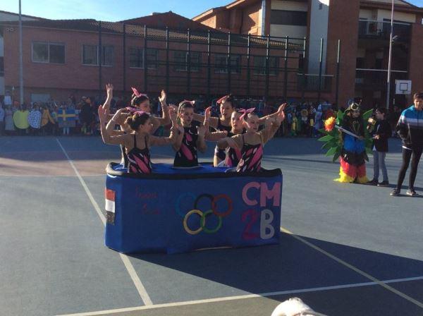 Alumnas del colegio Bon Soleil como equipo de natación sincronizada desfilan en el concurso de Canaval2016 al que fueron invitados los residentes de El Recer de Castelldefels