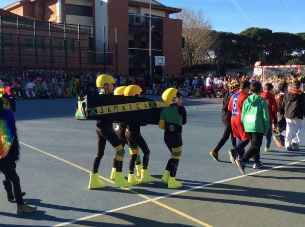 Alumnos del colegio Bon Soleil representando al célebre equipo de Jamaica desfilan en el concurso de Canaval2016 al que fueron invitados los residentes de El Recer de Castelldefels