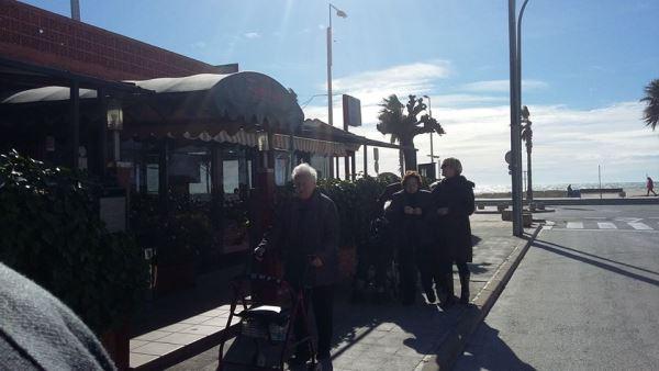 Cortejo de residentes y personal del centro geriátrico El Recer de Castelldefels en el entierro de la sardina de los carnales2016
