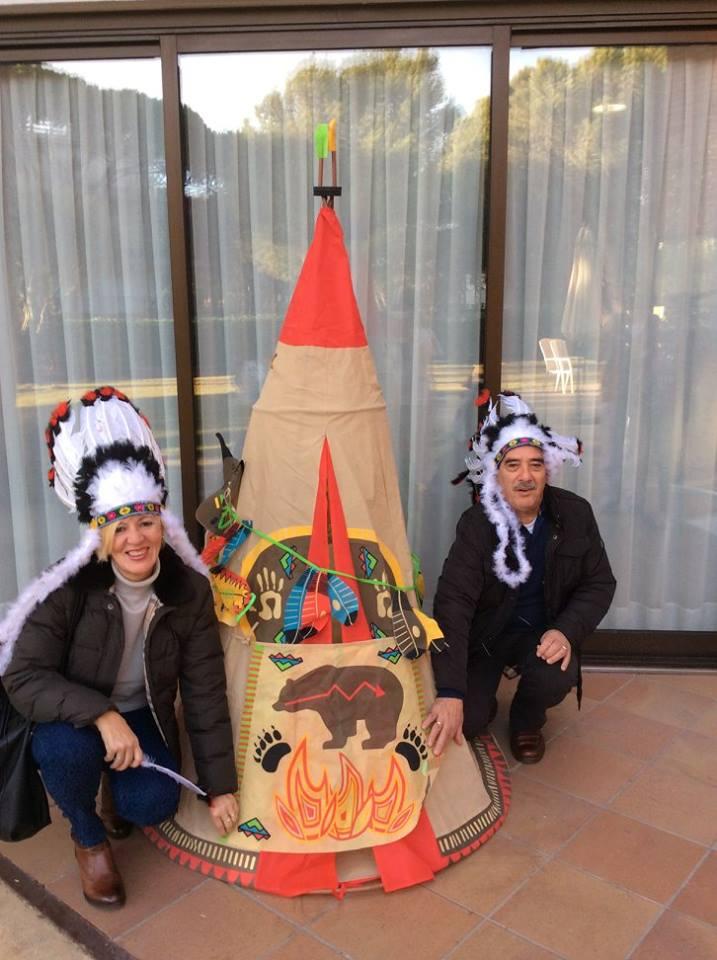 El photocall del tipi ante el que fueron posando los numerosos familiares que acudieron a la fiesta de carnaval de la residencia geriátrica El Recer de Castelldefels