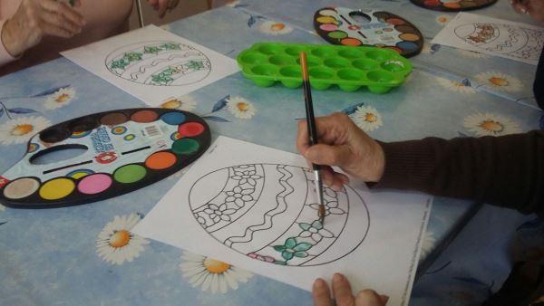 Una muestra en detalle de los trabajos del taller de manualidades de la residencia geriátrica El Recer de Castelldefels dedicado a la confección de móviles inspirados en los huevos de Pascua
