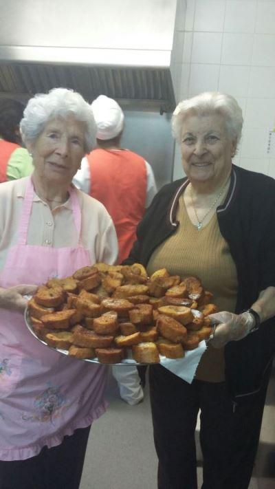 Nuestras residentes colaboran en la cocina centro para la preparación de las famosas torrijas de la residencia geriátrica El Recer de Castelldefels