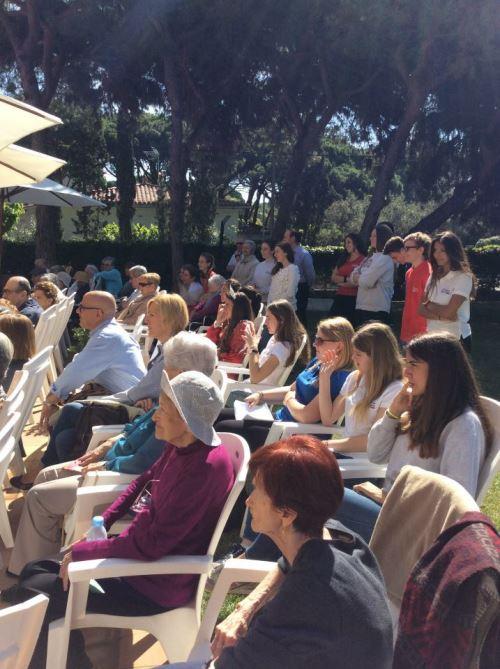 Gran expectación entre alumnos del colegio Bon Doleil y residentes del centro El Recer de Castelldefels durante el recital de poesía que celebraba Diada de Sant Jordi 2015