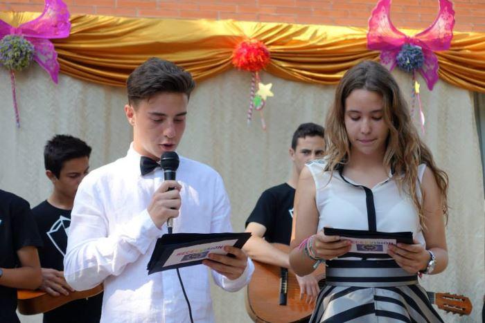Los dos jóvenes alumnos del centro Bon Soleil que actuaron como copresentadores de los números musicales en la residencia El Recer de Castelldefels #SanJuan2015