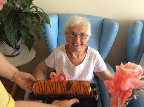 Celebración del cumpleaños de Francisca Romero en el centro geriátrico El Recer de Castelldefels