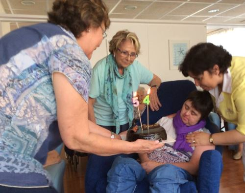 Celebración del cumpleaños de Olga Noguera en el centro geriátrico El Recer de Castelldefels