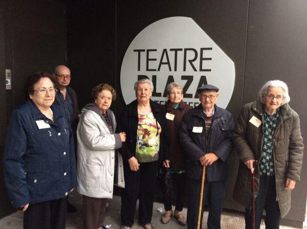 """Residentes de El Recer acuden a la representación del grupo de teatro """"Los Principiantes"""" de Castelldefels"""