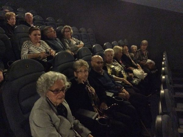 Los residentes del centro geriátrico El Recer a punto de disfrutar de la sesión de cine promocionada por las Jornadas de la Gent Gran de Castelldefels 2015