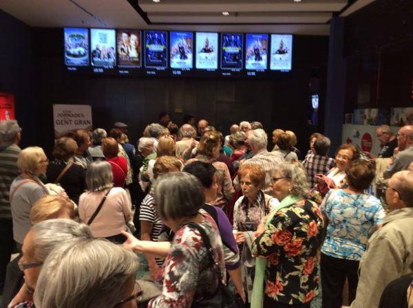 """Los residentes del centro El Recer de Castelldefels en la entrada a la sesión de cine dedicada a la película """"El abuelo que saltó por la ventana y se largó"""""""