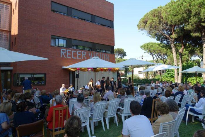 Recervisión #SanJuan2015: vista parcial del público asistente y del escenario en los jardines de la residencia El Recer de Castelldefels