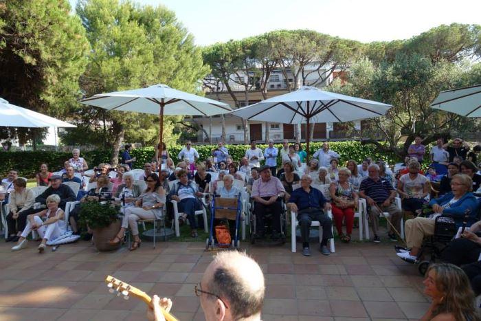 Recervisión #SanJuan2015: vista parcial del público asistente en los jardines de la residencia El Recer de Castelldefels