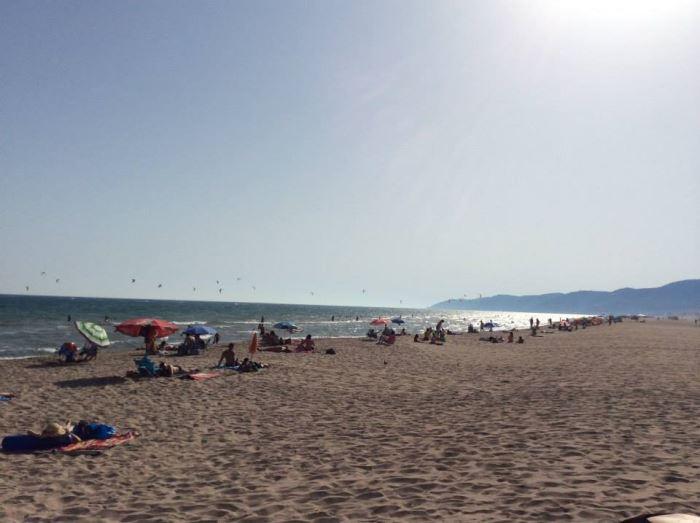 La playa de Castelldefels constituye extenso arenal cuya agua y brisas proporcionan un considerable bienestar a los residentres de El Recer